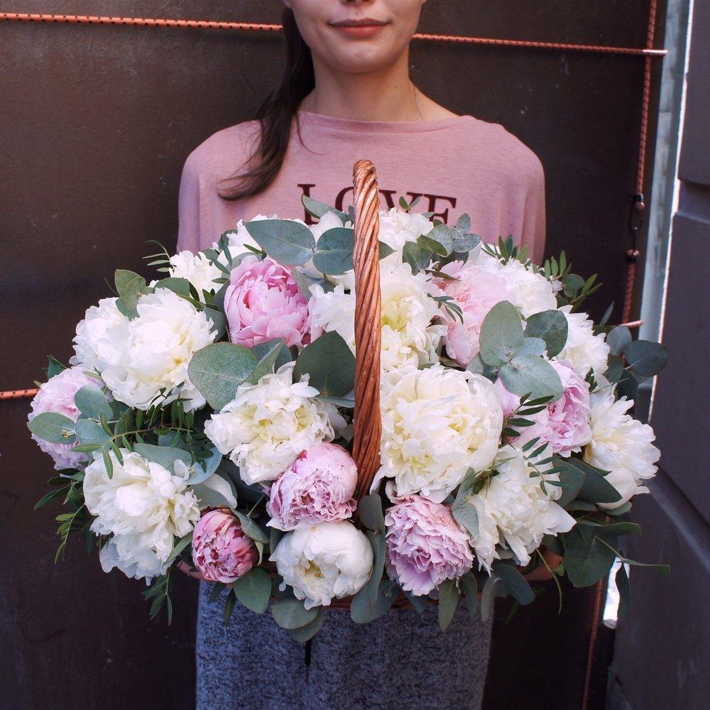 Композиция в корзине из белых и розовых пионов с эвкалиптом в Санкт-Петербурге