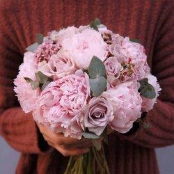 Букет невесты классической формы с розовыми пионами, розами Морнинг Дью, ваксфлауэром и эвкалиптом в Санкт-Петербурге