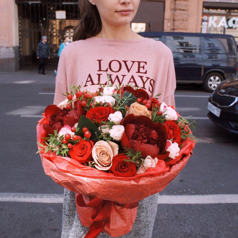 Букет в кофейно-винной цветовой гамме с пионами и розой Капучино в Санкт-Петербурге
