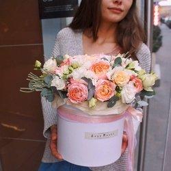 Пионовидные кустовые розы Джульетта, белый лизиантус, бруния и фрезия с эвкалиптом вшляпной коробке в Санкт-Петербурге