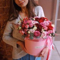 Кустовая пионовидная роза Мисти Бабблз, пионовидная роза Рэд Пиано, красные кустовые розы и розовый лизиантус с эвкалиптом вшляпной коробке в Санкт-Петербурге
