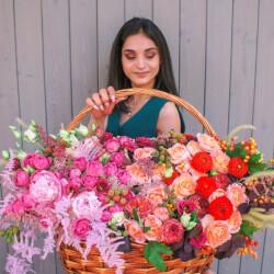 Большая корзина с пионами и пионовидными розами, георгинами, лизиантусами в Санкт-Петербурге