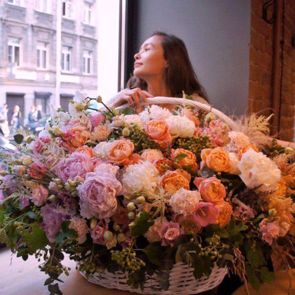 Большая корзина с пионами и пионовидными розами, орхидеями, гвоздиками в Санкт-Петербурге