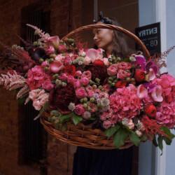 Большая корзина с пионами и пионовидными розами, орхидеями, гортензиями и каллами в Санкт-Петербурге