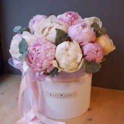 Нежно-розовые и белые пионы в шляпной коробке в Санкт-Петербурге