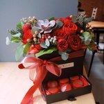 Коробка-сюрприз с макарунами и цветами в Санкт-Петербурге