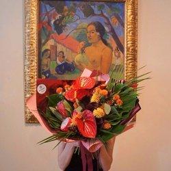 Букет по мотивам картины «Женщина, держащая плод» Поля Гогена в стильной упаковке в Санкт-Петербурге