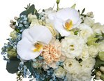 Орхидеи, розы, лизиантус, фрезии, гвоздики, эвкалипт в шляпной коробке с доставкой в Санкт-Петербурге