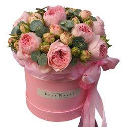 Кустовые пионовидные розы Брайдал Пиано в шляпной коробке в Санкт-Петербурге