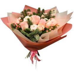 Новогодний букет из 9 розовых роз в Санкт-Петербурге