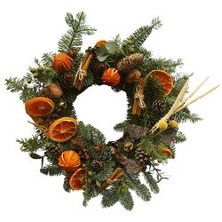 Рождественский венок из живых еловых веток и сушеных апельсинов в Санкт-Петербурге