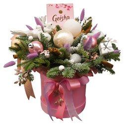Новогодний подарок с еловыми ветками, конфетами и декором в Санкт-Петербурге