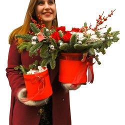 Новогодний подарок с елкой, цветами и конфетами Раффаэлло в Санкт-Петербурге