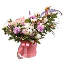 Новогодний подарок из живой ели, цветов, игрушек и конфет в Санкт-Петербурге
