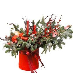Новогодняя композиция в шляпной коробке с еловыми ветками, свечами, игрушками и новогодними шарами в Санкт-Петербурге