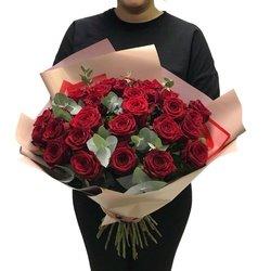 Букет 29 красных роз с эвкалиптом в Санкт-Петербурге