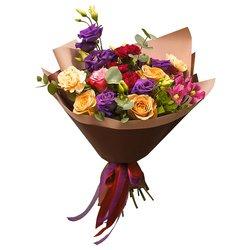 Букет из роз, лизиантусов, гвоздик, клематисов с доставкой в ресторан в Санкт-Петербурге